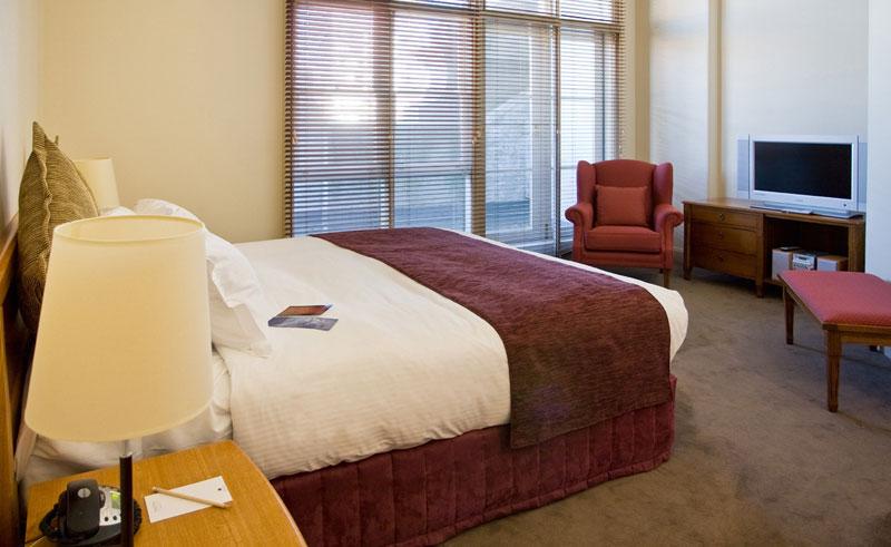 grand hotel melbourne guestroom