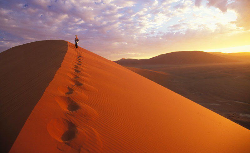 namibia sossusvlei sand dune footprints ntb