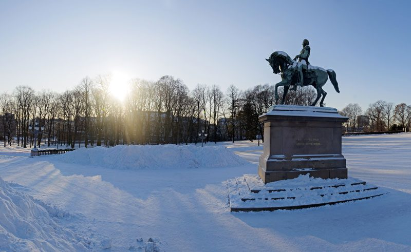 norway oslo royal palace statue vn