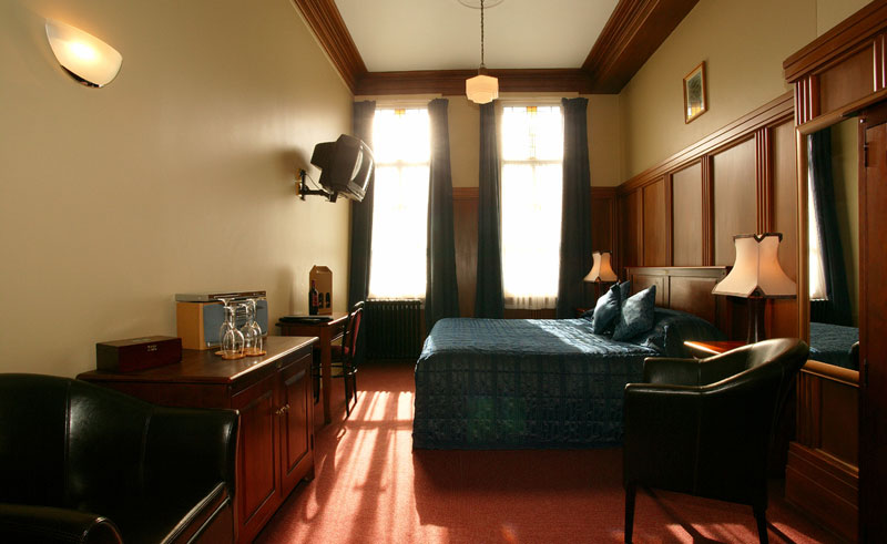 the county hotel guestroom2