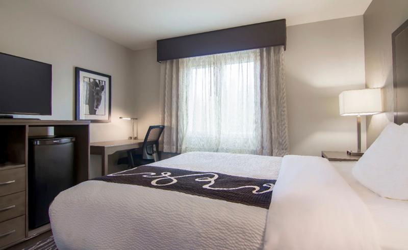 la quinta inn and suites fairbanks bedroom