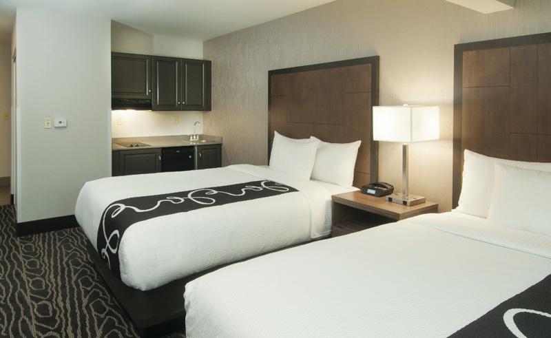 la quinta inn and suites fairbanks bedroom2