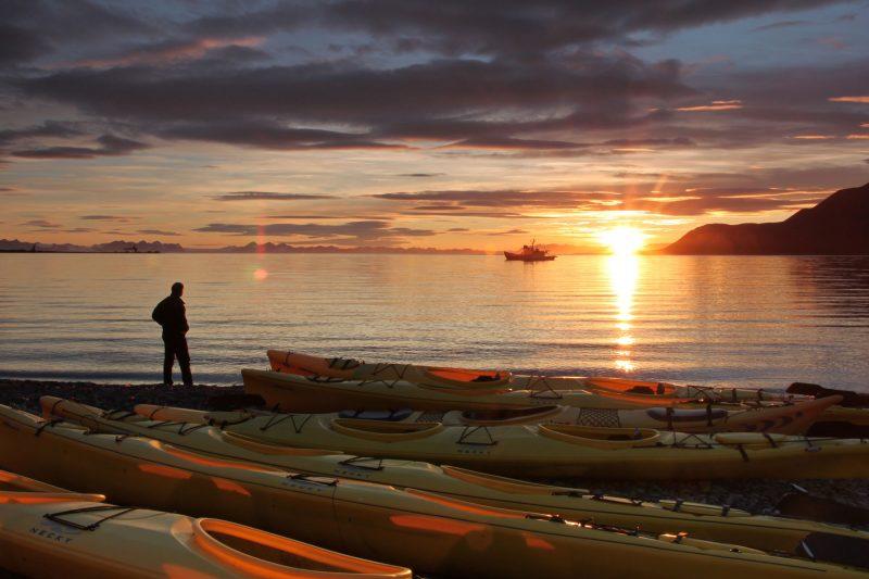 svalbard sunset kayaker nnorge fa