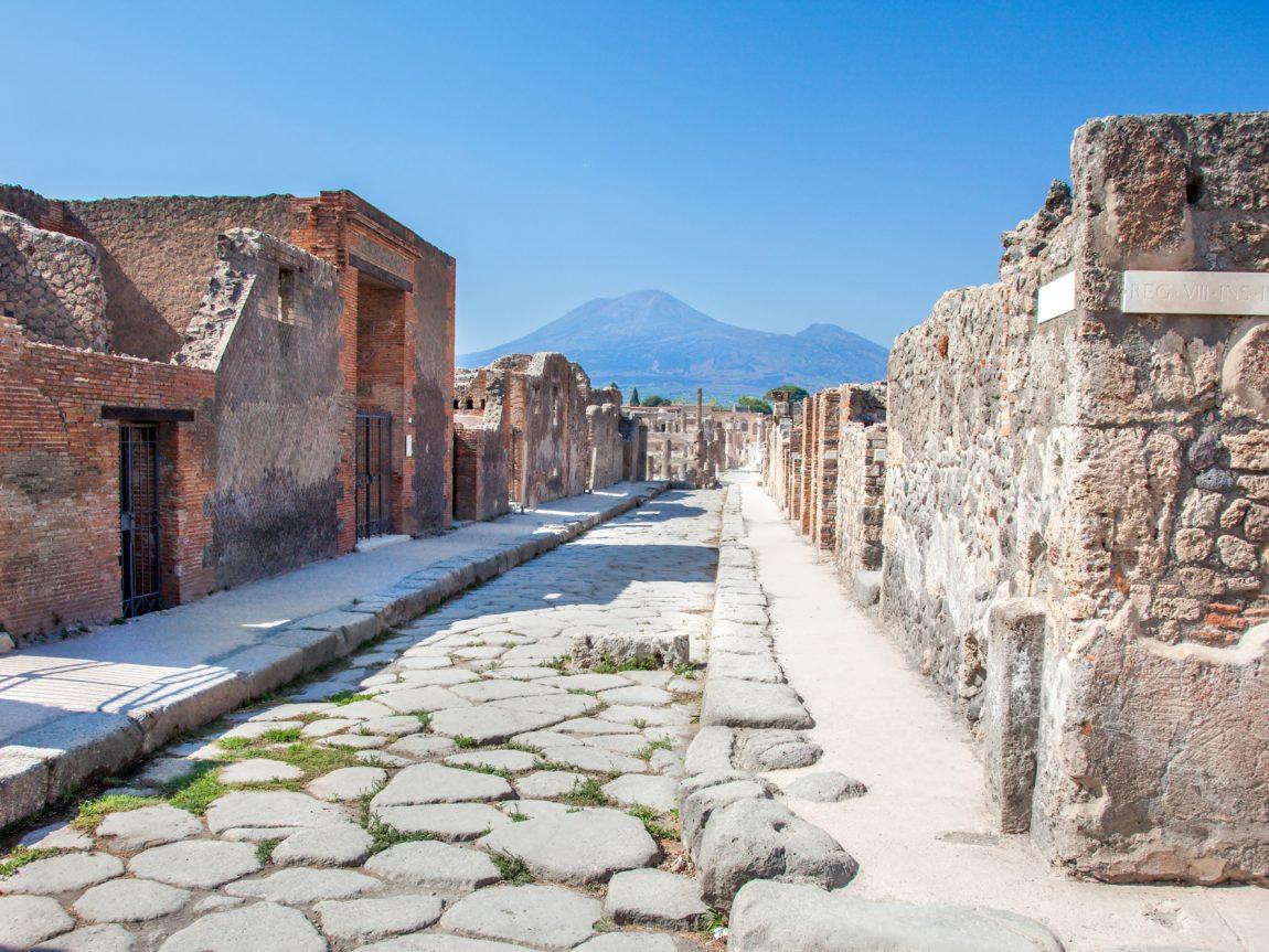 italy pompeii street and vesuvius istk