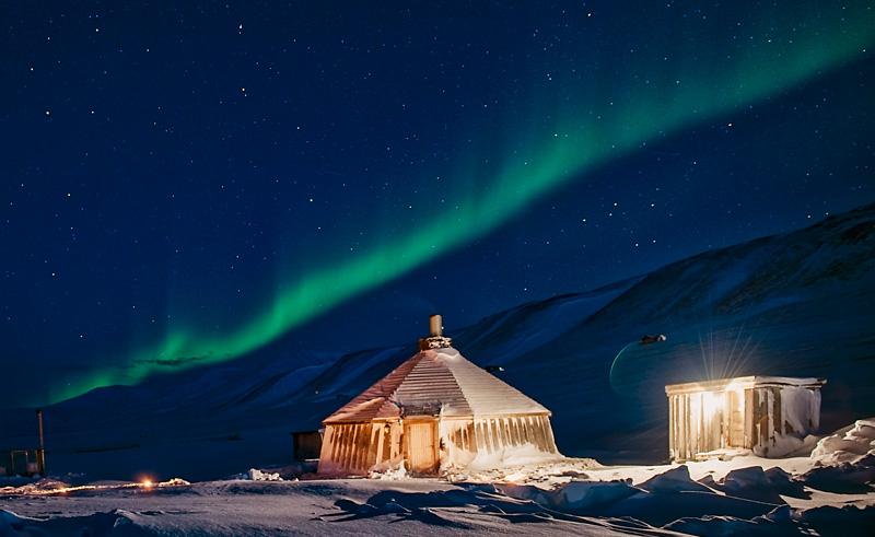 svalbard aurora over camp barentz htgrtn
