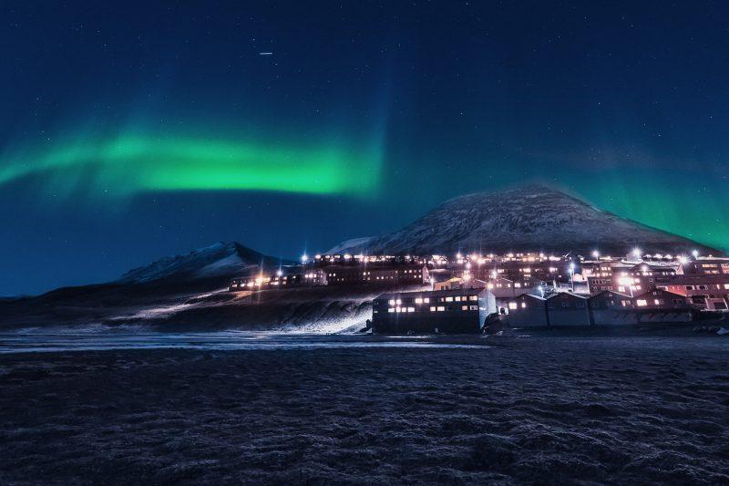 svalbard aurora over longyearbyen istk