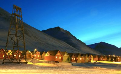 svalbard longyearbyen sightseeing coloured houses htgrtn