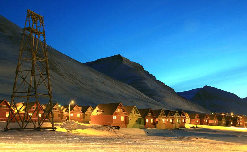 svalbard longyearbyen sightseeing coloured houses htgrtn