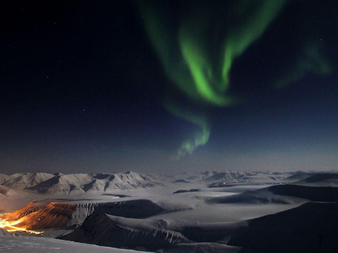 svalbard northern lights over longyearbyen htgrtn