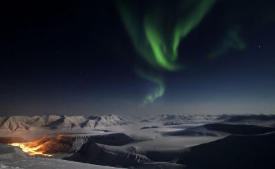 svalbard northern lights over longyearbyen htgrtn