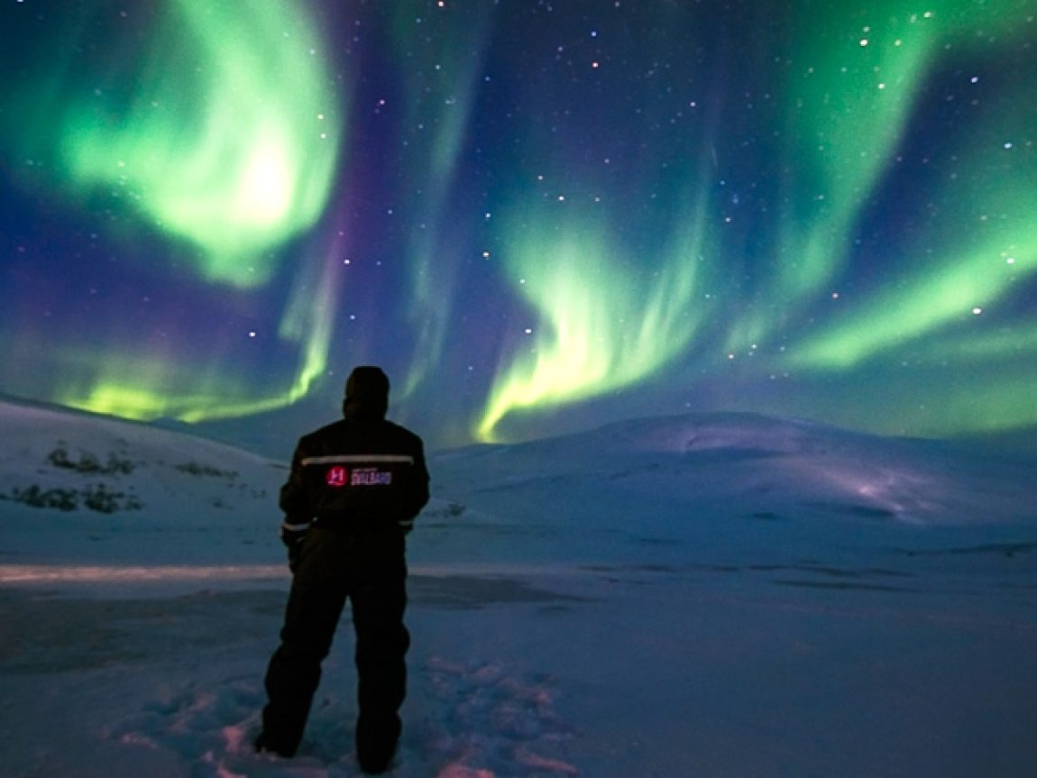 svalbard viewing northern lights overhead htgrtn