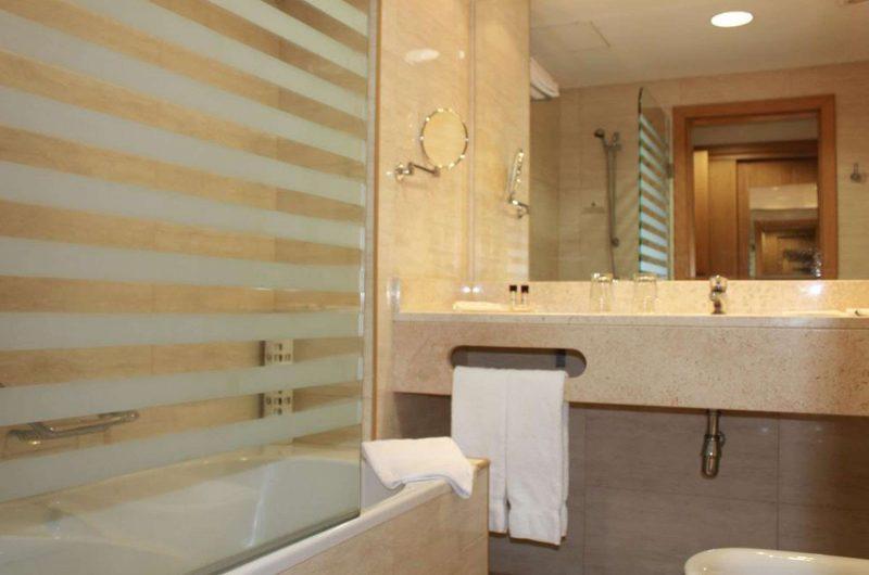 edu azores hotel caravelas bathroom