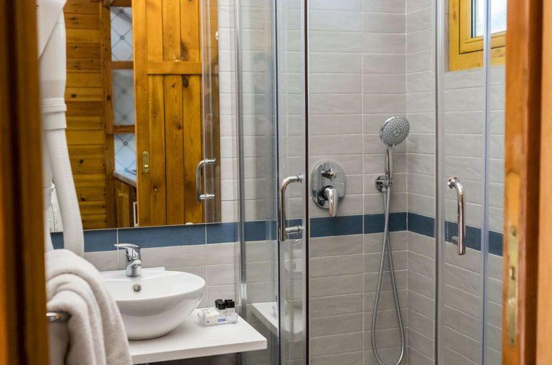 edu bon hotel villaggio bathroom
