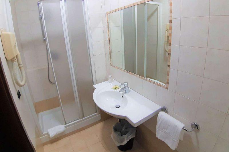edu rome hotel mariano bathroom