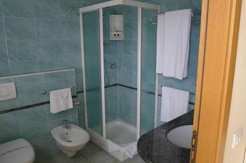 edu kigs house hotel bathroom