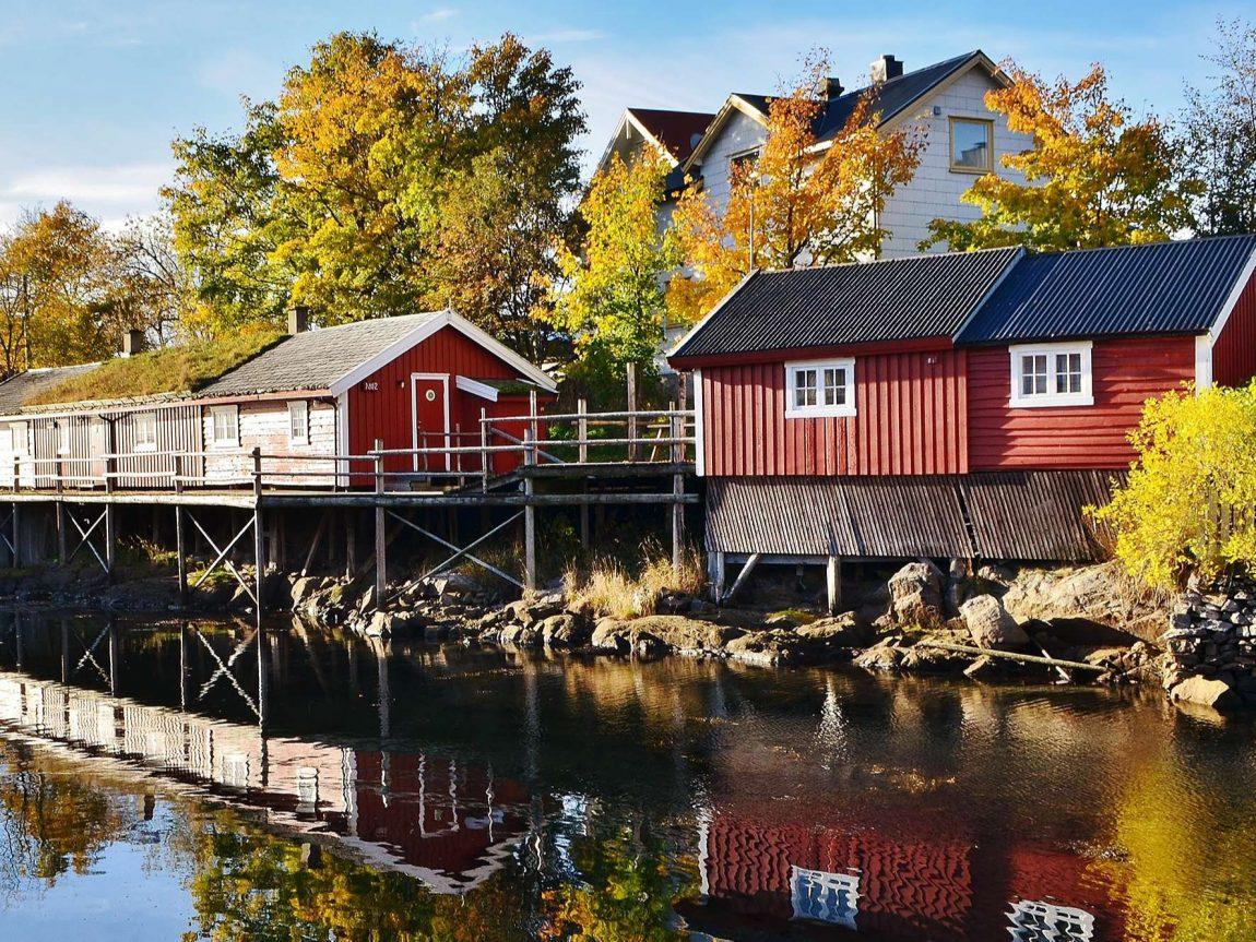 svinoya rorbuer exterior sunny autumn day