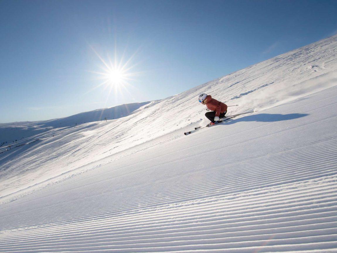 norway skier carving trysil under blue sky skiscan